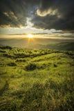 Por do sol acima dos montes Imagem de Stock