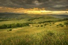 Por do sol acima dos montes Imagens de Stock