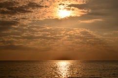 Por do sol acima do mar Por do sol, mar e nuvens do ouro Por do sol alaranjado dourado bonito sobre o oceano fotografia de stock royalty free