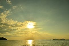 Por do sol acima do mar Por do sol, mar e nuvens do ouro Por do sol alaranjado dourado bonito sobre o oceano fotos de stock
