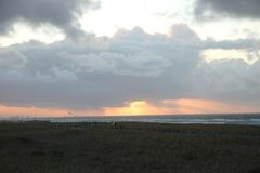 Por do sol acima do mar visto na praia de Katwijk, Países Baixos Foto de Stock Royalty Free