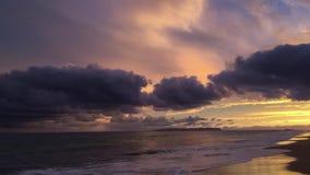 Por do sol acima do Oceano Pacífico com a ilha de Niihau no horizonte - vista da praia em Kekaha na ilha de Kauai, Havaí filme