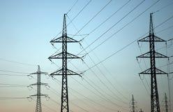 Por do sol adiantado com linhas eléctricas foto de stock