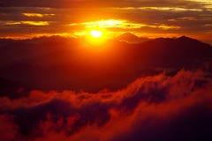 Por do sol alaranjado acima da montanha em montanhas dos Himalayas do vale Foto de Stock Royalty Free