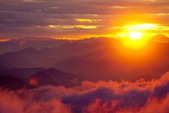 Por do sol alaranjado acima da montanha em montanhas dos Himalayas do vale Imagens de Stock Royalty Free