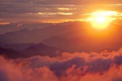 Por do sol alaranjado acima da montanha em montanhas dos Himalayas do vale Fotografia de Stock Royalty Free