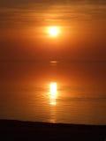 Por do sol alaranjado acima de um golfo imagem de stock royalty free