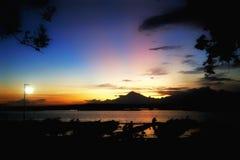 Por do sol alaranjado azul fotografia de stock