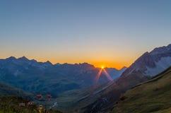 Por do sol alaranjado bonito cabana nos cumes de Lechtal, Estugarda, Áustria Imagens de Stock