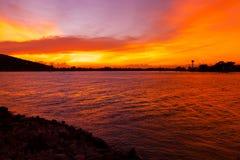 Por do sol alaranjado bonito no mar fotos de stock