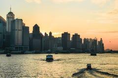 Por do sol alaranjado bonito sobre a skyline de Hong Kong fotos de stock