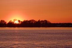 Por do sol alaranjado do céu em um lago Imagens de Stock Royalty Free