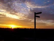 Por do sol alaranjado com as nuvens impressionantes em Rheinhessen imagem de stock