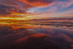Por do sol alaranjado com céu ardente e ele reflexão Fotografia de Stock