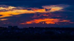 Por do sol alaranjado com nuvens Fotos de Stock