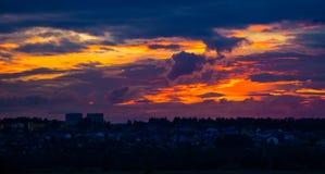 Por do sol alaranjado com nuvens Foto de Stock