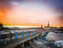 Por do sol alaranjado da cidade em Éstocolmo fotografia de stock