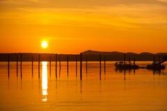 Por do sol alaranjado dourado em Anacortes, porto do navio de WA fotos de stock