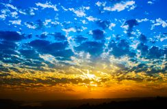 Por do sol alaranjado e azul na praia Foto de Stock