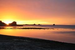 Por do sol alaranjado e cor-de-rosa em uma praia, Sul da Austrália Imagem de Stock