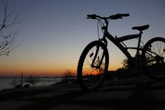 por do sol alaranjado e minha bicicleta imagem de stock royalty free