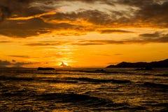 Por do sol alaranjado e nebuloso surpreendente em uma ilha tropical, Anse Seve Imagem de Stock Royalty Free