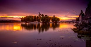 Por do sol alaranjado e roxo bonito imagem de stock royalty free