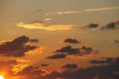 Por do sol alaranjado, mais baixo canto da mão esquerda com nuvens Imagens de Stock