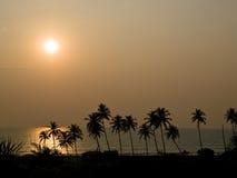 Por do sol alaranjado no mar Fotografia de Stock