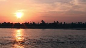 Por do sol alaranjado no Nilo do rio filme