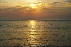 Por do sol alaranjado no oceano foto de stock royalty free