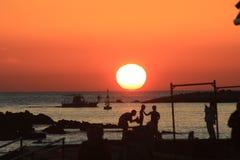 Por do sol alaranjado no porto de Paphos fotos de stock