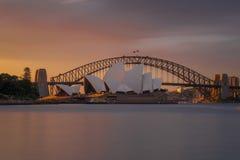 Por do sol alaranjado no teatro da ópera Sydney imagem de stock