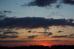 Por do sol alaranjado sobre a cidade fotos de stock royalty free
