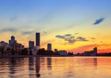 Por do sol alaranjado sobre a lagoa da cidade em Yekaterinburg Imagens de Stock Royalty Free