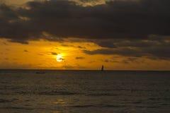 Por do sol alaranjado sobre o mar Imagens de Stock