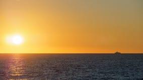Por do sol alaranjado sobre o mar fotografia de stock