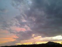 Por do sol amarelo vermelho do céu da cor das nuvens Fotografia de Stock