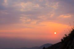 Por do sol ao lado de um monte Imagem de Stock Royalty Free