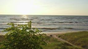 Por do sol ao longo da costa do lago durante horas de verão