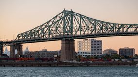 Por do sol ao timelapse da skyline da cidade de Montreal, Belvedere Jacques Cartier Bridge da noite com St Lawrence River video estoque