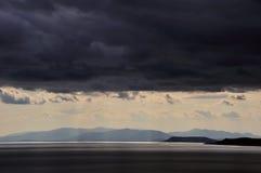 Por do sol após a tempestade acima do mar em Extremo Oriente Imagens de Stock