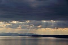 Por do sol após a tempestade acima do mar em Extremo Oriente Fotografia de Stock Royalty Free