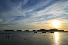 Por do sol atrás da montanha Fotografia de Stock Royalty Free