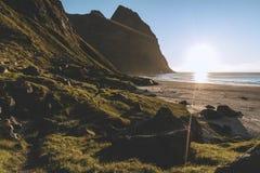 Por do sol atrás da montanha em uma praia em Lofoten, Noruega fotos de stock royalty free
