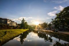 Por do sol atrás da montanha na cidade Imagens de Stock Royalty Free