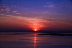 Por do sol atrás da montanha no lago Fotos de Stock Royalty Free