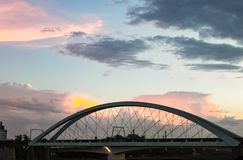 Por do sol atrás da ponte da benevolência - o pedestre e o ciclista constroem uma ponte sobre que períodos o rio de Brisbane imagem de stock