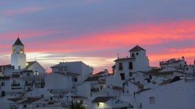 Por do sol atrás da vila branca Imagem de Stock Royalty Free
