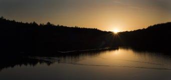 Por do sol atrás das árvores Imagem de Stock